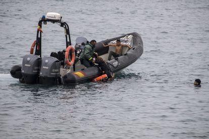 Agentes de la Guardia Civil rescatan a varias personas en una zona próxima a la frontera de Ceuta con Marruecos, este martes.