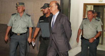 Agentes de la Guardia Civil trasladan a prisión a González Mata.