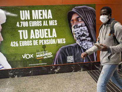 Cartel electoral de Vox, en una estación de Cercanías en Madrid.