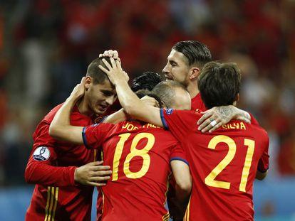 Morata es felicitado por sus compañeros.