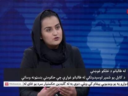 La periodista Beheshta Arghand, del canal afgano de noticias TOLOnews, en su entrevista con el portavoz talibán Mawlawi Abdulhaq Hemad.