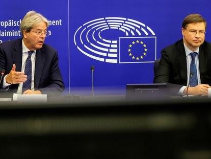 El comisario de Economía, Paolo Gentiloni (a la izquierda), con el vicepresidente Valdis Dombrovskis, el pasado martes en el Parlamento Europeo.