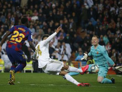 Dos inesperados goles de Vinicius y Mariano devuelven al Real al liderato tras un partido en el que el empuje de los de Zidane tras el descanso acabó por desnaturalizar a Messi y los suyos