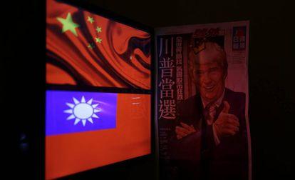 Las banderas de China y Taiwán junto a la portada de un periódico con Trump, en Taipéi.