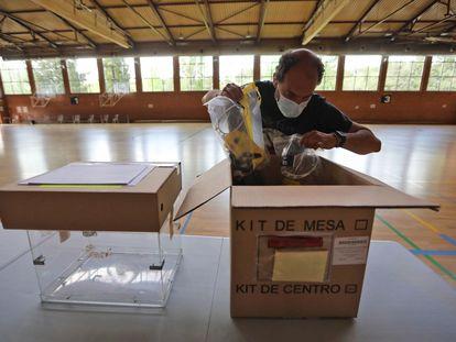 Últimos preparativos en el centro electoral en el polideportivo Dehesa de Navalcarbón de Las Rozas, este lunes.