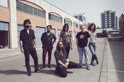 El director Daniel Monzón (segundo por la derecha), con los miembros del grupo musical Derby Motoreta's Burrito Kachimba en una nave industrial de Sevilla.
