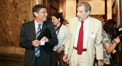 Loza (izquierda) y Serra Ramoneda salen de la comisión.