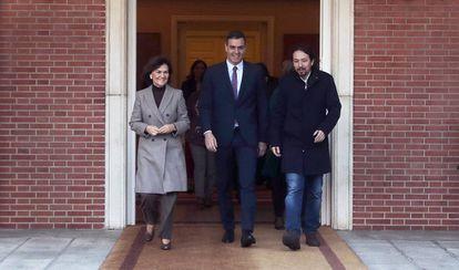 El presidente del Gobierno, Pedro Sánchez, en Moncloa, con los vicepresidentes Carmen Calvo y Pablo Iglesias, la semana pasada