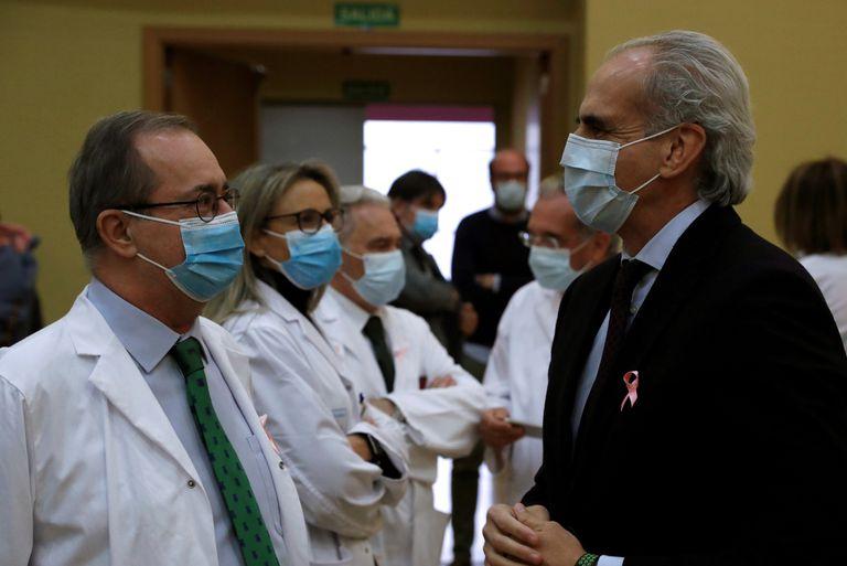 El consejero de Sanidad de la Comunidad de Madrid, Enrique Ruiz Escudero, junto con el director gerente del Hospital Universitario de La Princesa, Fidel Illana, durante la presentación de los resultados preliminares del ensayo de fase II Aplicov.