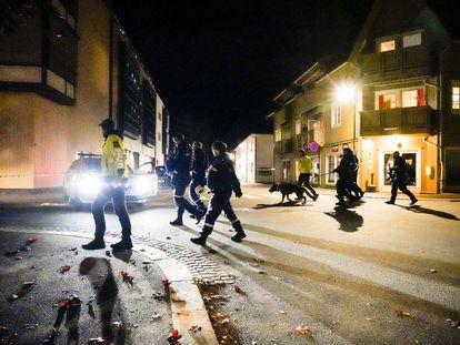 Agentes de la policía de Kongsberg, en el centro de la ciudad, poco después del ataque en el que murieron asesinadas cinco personas el 13 de octubre.