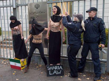 Activistas de Femen ante la embajada de Irán en Berlín protestan por la ejecución de una mujer.