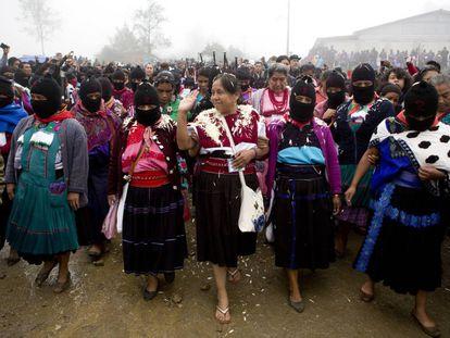 María de Jesús Patricio saluda a sus simpatizantes en Oventic, Chiapas.