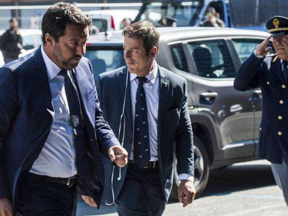 Matteo Salvini, en Génova el sábado. En vídeo, amenaza con devolver a los migrantes.