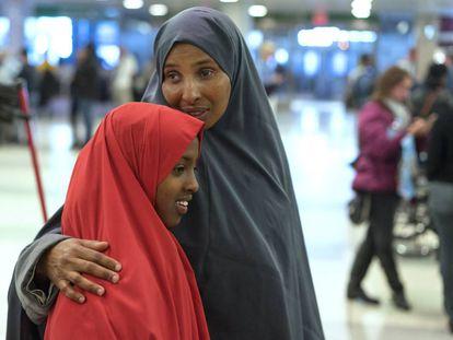 Una mujer somalí abraza a su hija al llegar al aeropuerto de Nueva York, el miércoles.