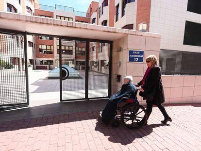Edificio de la Residencia de ancianos Los Nogales en el distrito de Hortaleza, en Madrid.
