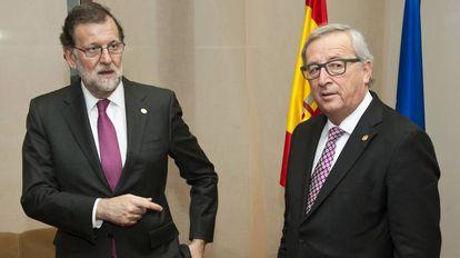 El presidente del Gobierno en funciones, Mariano Rajoy Brey, junto al presidente de la Comisión Europea, Jean-Claude Juncker.