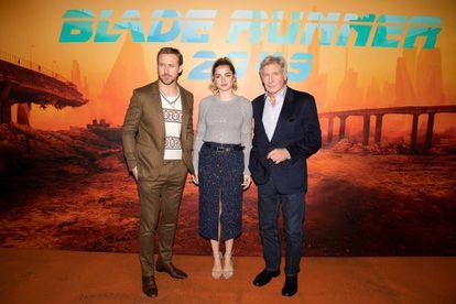 """Ryan Gosling, Ana de Armas y Harrison Ford en el estreno de 'Blade Runner 2049' en París en 2017. En 'New Yorker' aseguraron que cada vez que de Armas aparecía en la cinta de Denis Villeneuve hacía """"que el corazón imaginativo de la película bombee más rápido""""."""