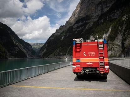 Un vehículo de bomberos bloquea el acceso al embalse Gigerwald de Vaettis, cerca del lugar donde se ha producido el suceso.