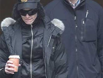 Madonna, acompañada por un guardaespaldas, en su hotel moscovita.