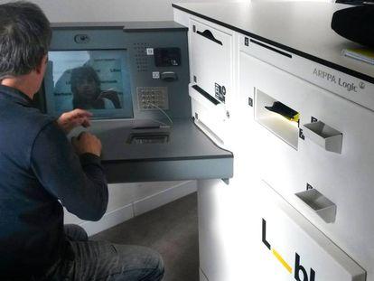 Un cliente usa un dispotivo Arppa en la sucursal de Liberbank en Toledo.