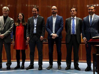 El vicepresidente presenta a los miembros de su departamento.