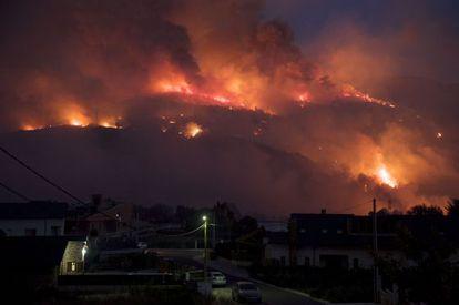 Imagen del incendio a primera hora de la noche de ayer en las cercanías de O Barco de Valdeorras.