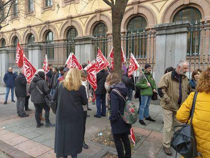Los manifestantes concentrados frente a la Consejería de Familias.