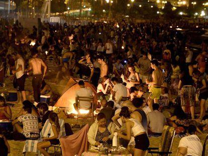 Celebración de la verbena de San Juan en una playa.