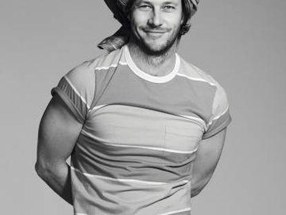 Luke Bracey no enseña otra forma de llevar el vaquero: en la cabeza. El actor viste chaqueta y vaqueros Levi's. Camiseta Levi's Orange Tab.