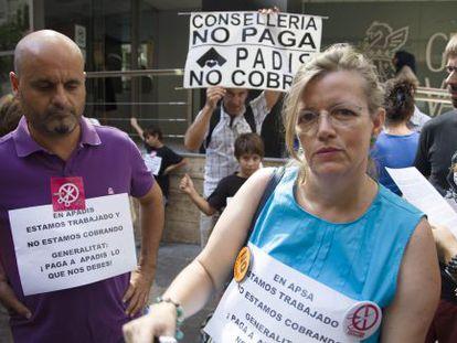 Protesta de los trabajadores que atienden a los dependientes en Alicante.