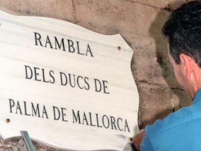 """El Ayuntamiento de Palma de Mallorca decidió ayer retirar el nombre de la calle dedicada a los duques de Palma por """"indignación"""" ante el caso Nóos."""