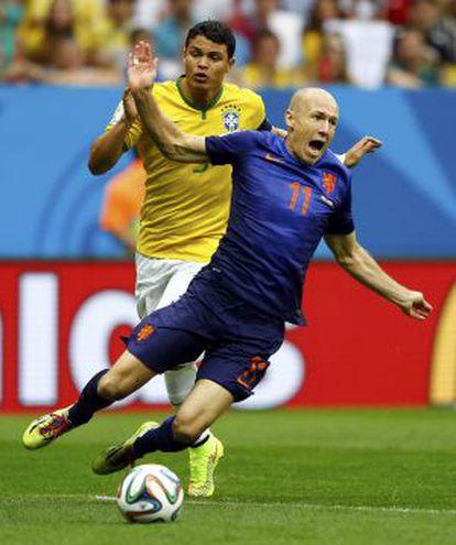 Thiago Silva y Robben, en la acción que supuso el penalti para Holanda