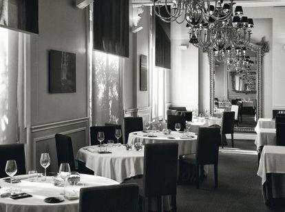El local busca la austeridad en su decorado y la exhuberancia creativa en el plato, como contraste.