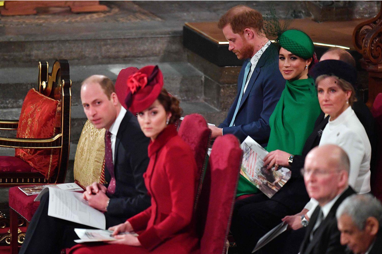 Guillermo de Inglaterra y Kate Middleton (delante) y Enrique de Inglaterra y Meghan Markle (detrás), en la abadía de Westminster por el servicio de la Commonwealth.