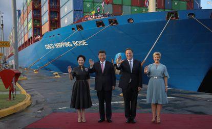 Xi Jinping y la primera dama china, Peng Liyuan, con el presidente panameño, Juan Carlos Varela, y su esposa, Lorena Castillo, en diciembre pasado, en el Canal.