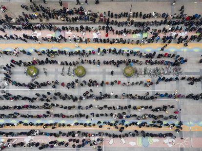 Centenares de personas esperan su turno para comprar mascarillas en Seúl (Corea del Sur), el 28 de febrero.