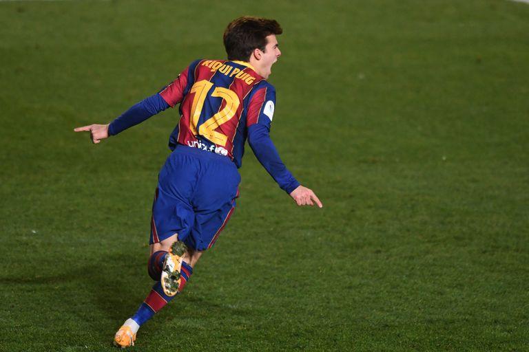 Riqui Puig celebra la consecución del gol que dio el pase a la final de la Supercopa al FC Barcelona.