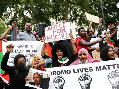 Un grupo de manifestantes protesta contra el tratamiento a la minoría oromo en Etiopía en las afueras de Downing Street, en Londres, Reino Unido, el pasado 3 de julio de 2020.