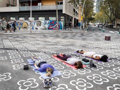 Superilla de Poble Nou. Un grupo de mujeres en una clase de yoga.