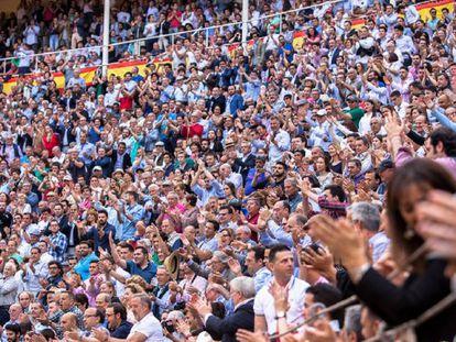 Tendidos llenos de público una tarde de toros en la plaza de Las Ventas.