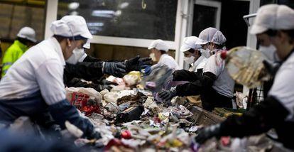 Trabajadoras de una planta de tratamiendo de basuras