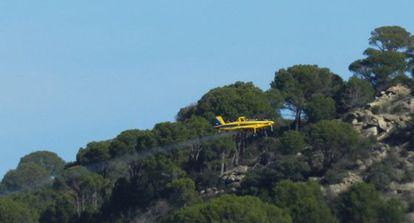 Una avioneta fumiga los montes de San Martín de Valdeiglesias.