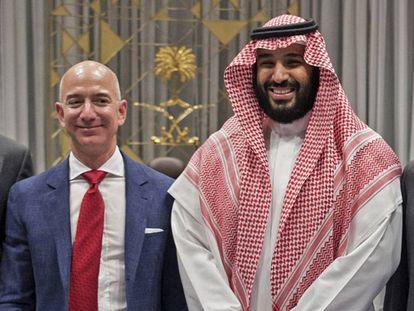 Una foto proporcionada por Arabia Saudí muestra al príncipe heredero, Mohamed bin Salman, junto al fundador de Amazon, Jeff Bezos, en Riad en noviembre de 2016.