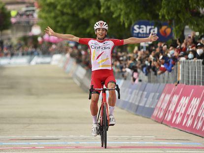 Lafay abre los brazos al cruzar la línea de meta ganador.