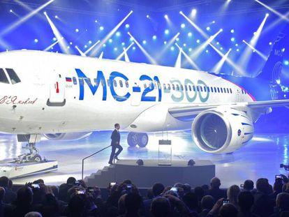 El primer ministro ruso Dimitri Medvedev se dispone a dar un discurso antes el avión MC-21
