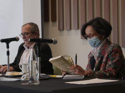 Rodrigo Londoño, presidente del partido político creado por las extintas FARC, y Luz Marina Monzón, directora de la Unidad para la Búsqueda de los Desaparecidos.