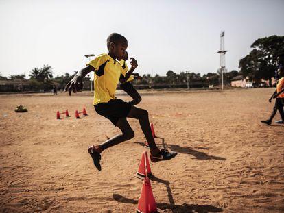 El impulsor de la escuela de fútbol en este campo de tierra de Bissau trabajó como entrenador en Europa y ahora apoya a niños sin recursos de la ciudad