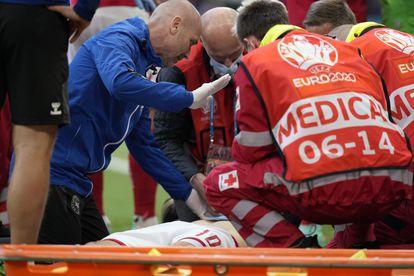 Los médicos atienden a Eriksen sobre el césped tras su desvanecimiento en el Dinamarca-Finlandia.