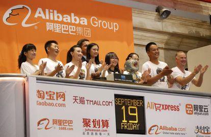 Empleados de Alibaba aplauden el toque de campanilla en la apertura de la sesión en Nueva York
