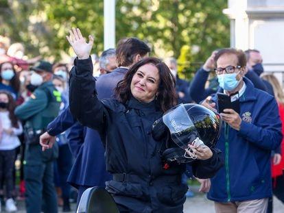 La candidata del PP a la Comunidad de Madrid, Isabel Díaz Ayuso, saluda durante un encuentro con representantes de asociaciones de Fuerzas y Cuerpos de Seguridad del Estado, el 29 de abril de 2021, en Valdemoro, Madrid.